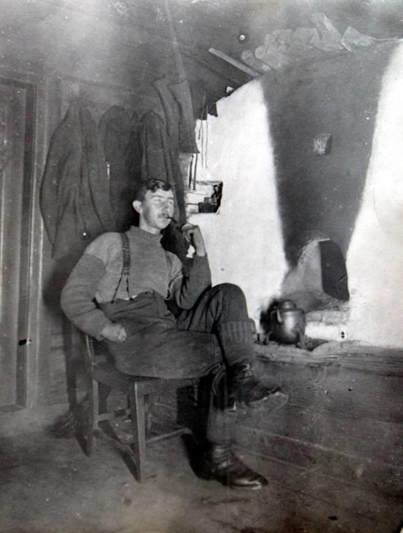 Alfred Andersson Orainen framför rökugnen. Kortet taget före 1942 får då åkte rökugnen ut.